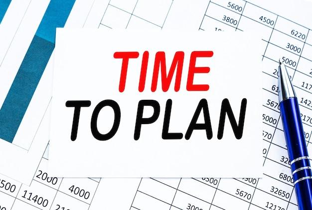 Text zeit zu planen auf finanztabellen, das arbeitspapier
