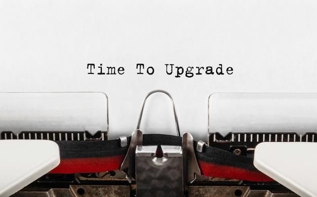 Text zeit zum upgrade auf schreibmaschine getippt, konzept