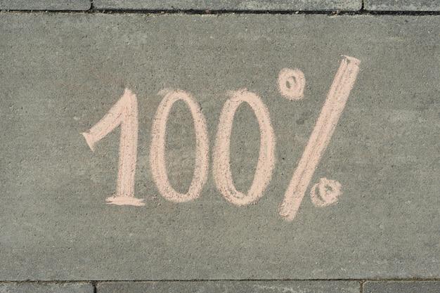 Text zu 100 prozent auf grauem bürgersteig geschrieben.