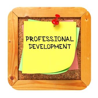 Text zur beruflichen weiterentwicklung auf gelbem aufkleber auf cork bulletin
