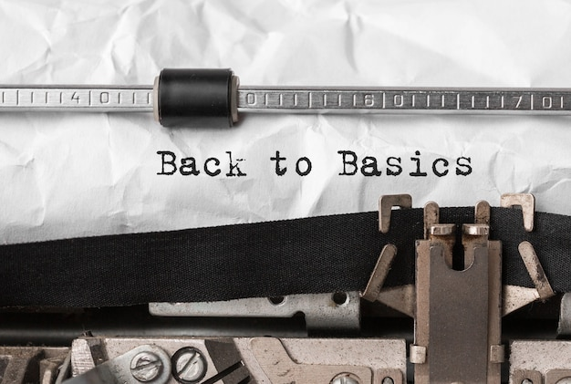 Text zurück zu den grundlagen, die mit einer retro-schreibmaschine eingegeben wurden