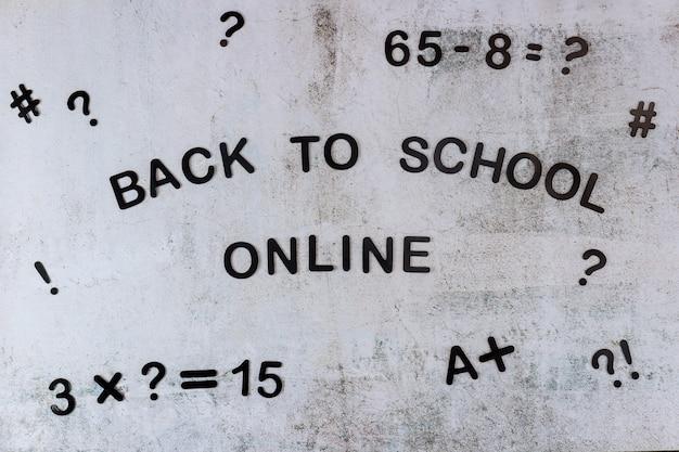 Text zurück zur schule online mit eguation auf weißer tafel. schulkonzept.