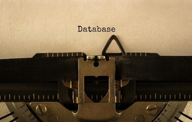 Textdatenbank auf retro-schreibmaschine getippt