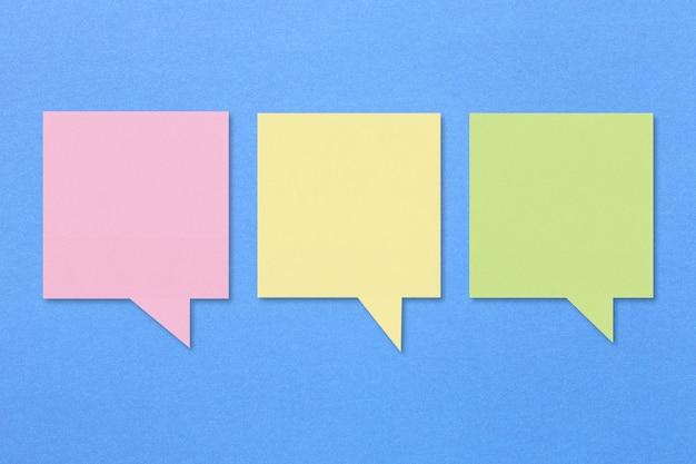 Textfeld auf blauem, rosa gelbem und grünem papier.