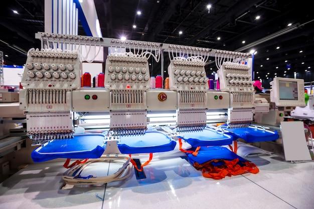 Textil - professionelle und industrielle stickmaschine. maschinenstickerei ist ein stickprozess, bei dem eine nähmaschine oder stickmaschine verwendet wird, um muster auf textilien zu erstellen.