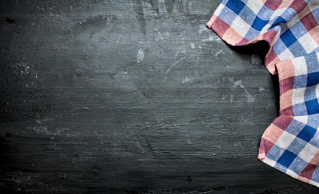 Textil serviette auf steinbrett