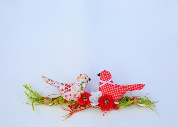 Textile frühlingsvögel. dekoratives spielzeug von handarbeit. hochzeitsdekorationen