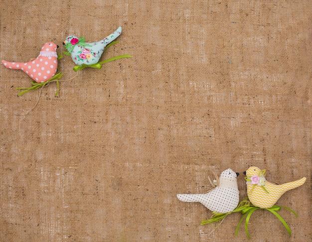 Textile frühlingsvögel. dekoratives spielzeug von handarbeit.