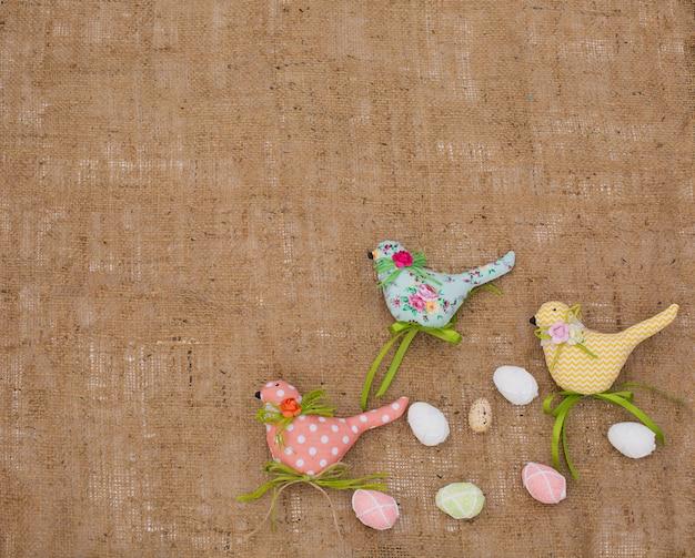 Textilfrühlingsvögel und -eier. dekoratives spielzeug von handarbeit. osterdekorationen
