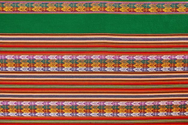 Textilkunst der andenkultur in verschiedenen farben. rot und grün. weihnachtsfarben.