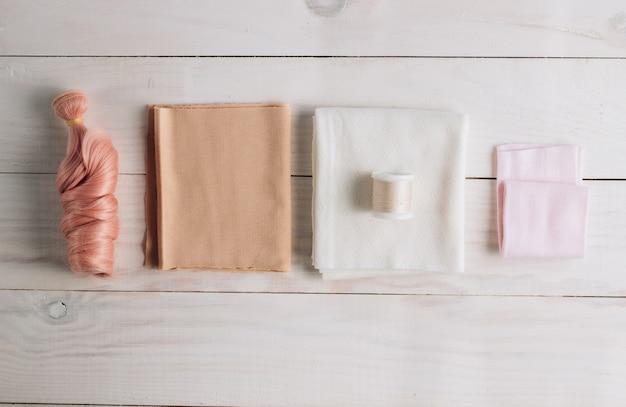 Textilpuppe im nähprozess mit zubehör und materialien