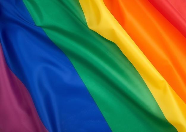 Textilregenbogenflagge mit wellen, symbol der wahlfreiheit von lesben, homosexuellen, bisexuellen