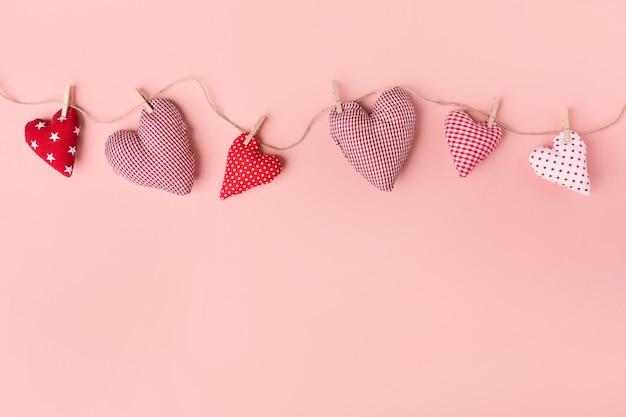 Textilvalentinsgrußtagesherzen auf rosa
