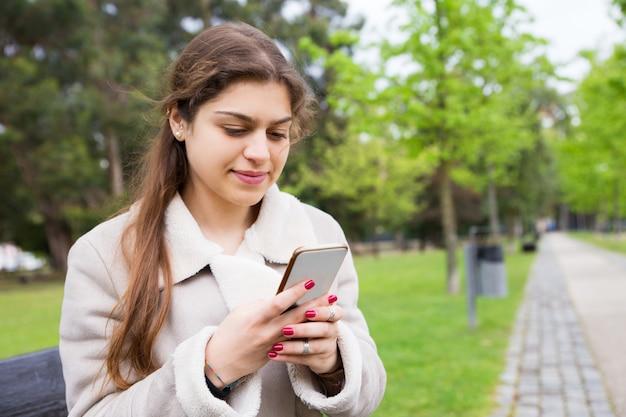 Texting mitteilung des positiven ruhigen mädchens