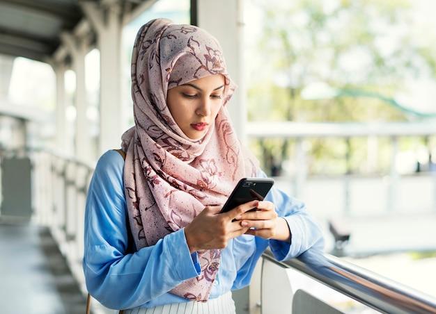 Texting nachrichtenübermittlung der islamischen frau am telefon