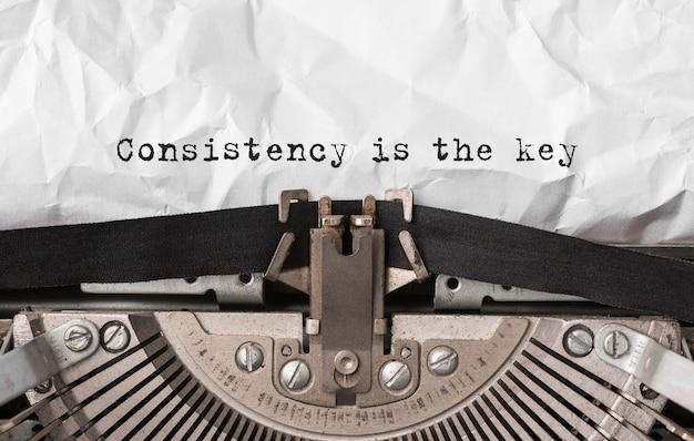 Textkonsistenz ist der schlüssel, der auf einer retro-schreibmaschine eingegeben wird