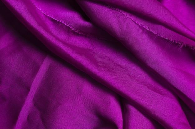 Textur aus lila zerknittertem stoff