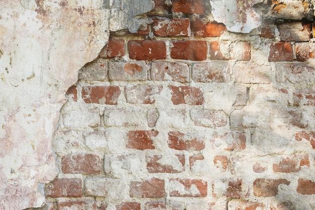 Textur der alten backsteinmauer mit abgefallenem putz