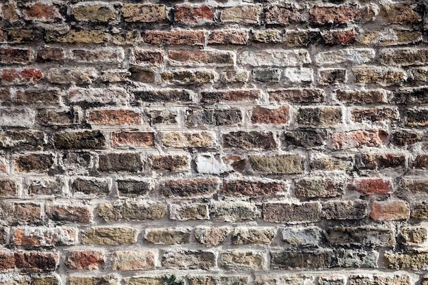 Textur der alten dunkelbraunen blöcke, rote backsteinmauer.