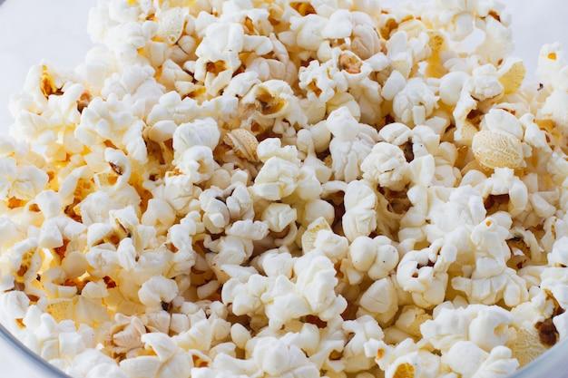 Textur der gebratenen popcorn-nahaufnahme, draufsicht.