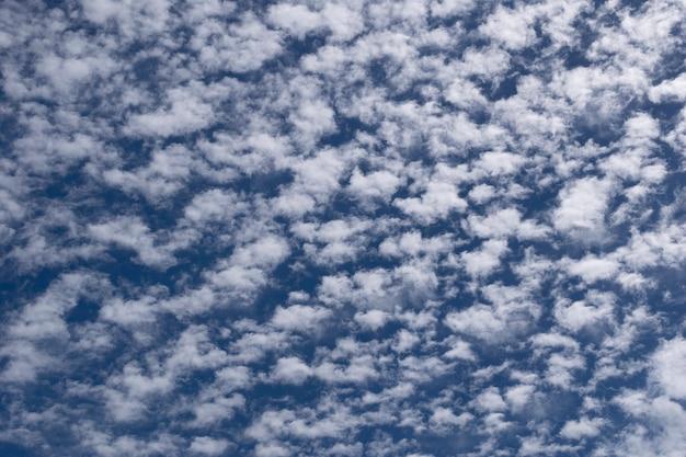 Textur der kleinen weißen wolken im blauen himmel