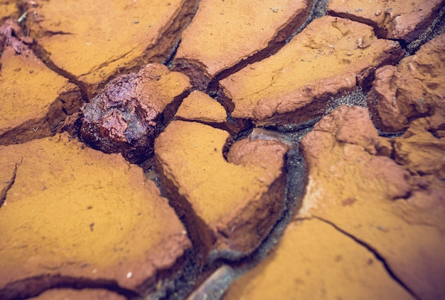 Textur der trockenen und rissigen erde am ufer des riotinto