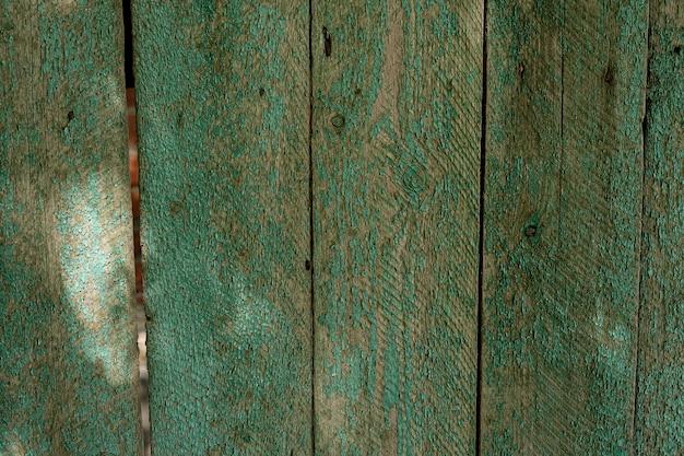 Textur des alten bemalten schäbigen rustikalen holzzauns aus brettern, grunge-hintergrund