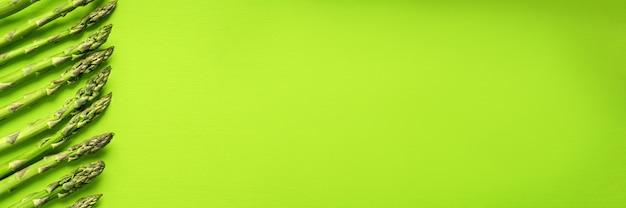 Textur des frischen grünen spargels, draufsicht.