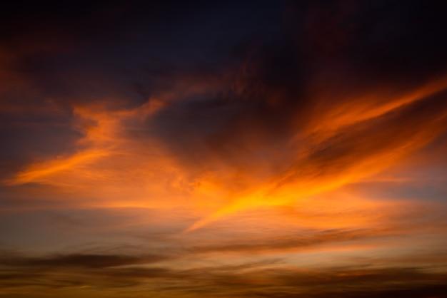 Textur des hellen abendhimmels während des sonnenuntergangs