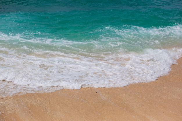Textur des indischen ozeans. türkisfarbenes meerwasser mit weißem schaum und großer welle. kraftvolles und friedliches naturkonzept.