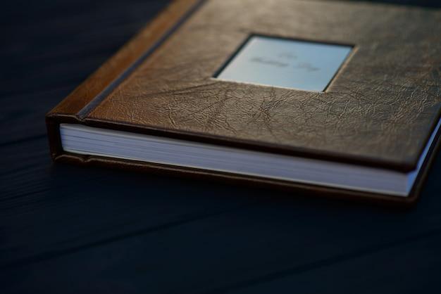 Textur des natürlichen braunen leders auf dem umschlag eines hochzeitsfotobuchs.