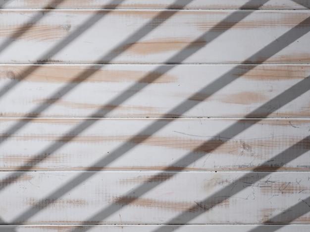 Textur des weißen holztischs mit licht aus dem fenster
