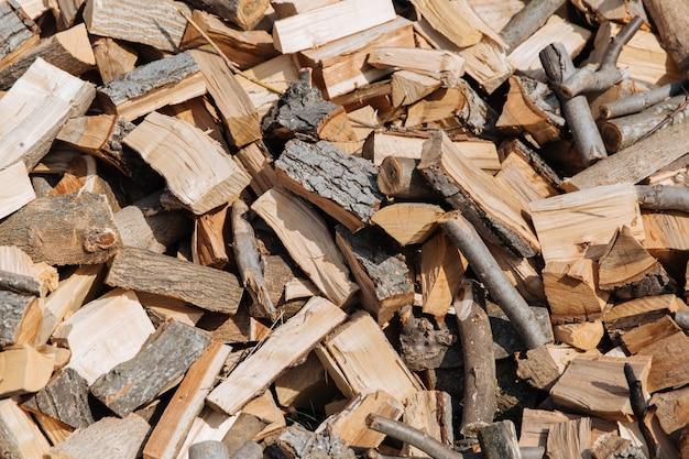 Textur, gehacktes brennholz von verschiedenen baumarten.