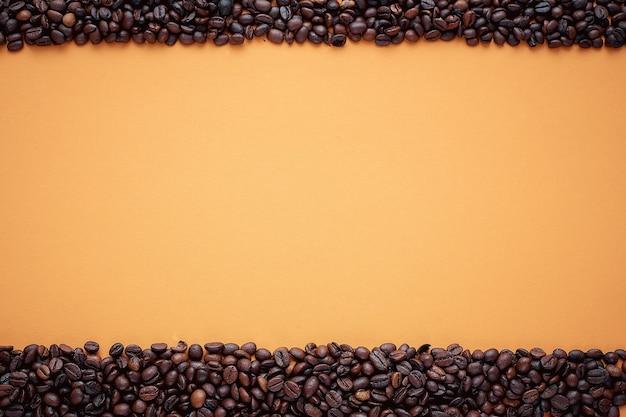Textur, kaffeebohnenrahmen auf orange