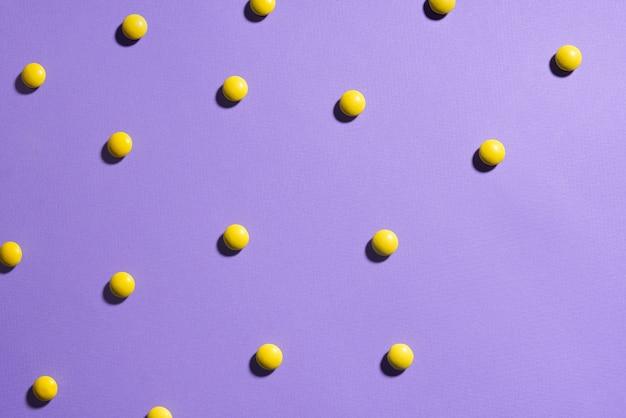 Textur lila hintergrund mit gelben pralinen