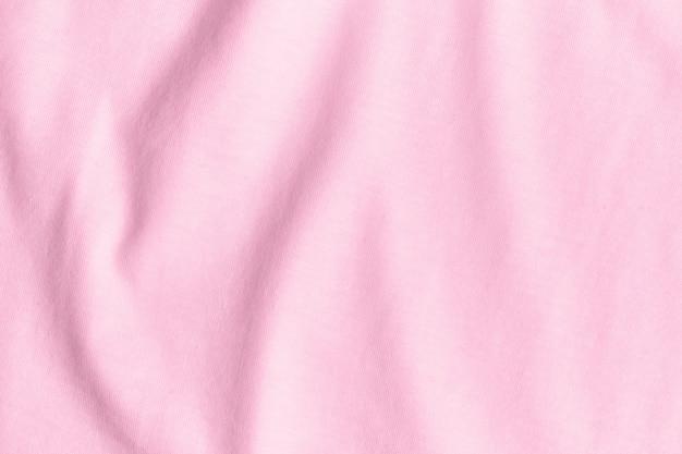Textur und hintergrund des zerknitterten rosa stoffes.