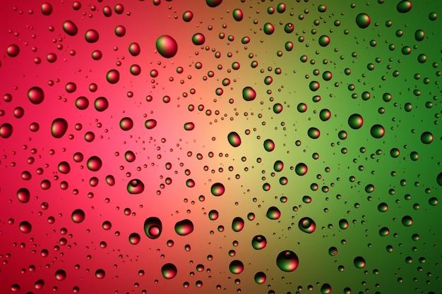 Textur und hintergrund von wassertropfen auf einem farbigen hintergrund
