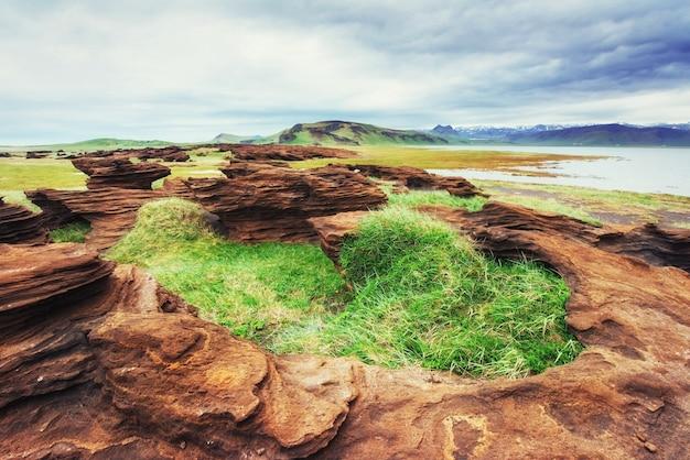 Textur von felsen, die durch vulkanisches magma geschmolzen sind