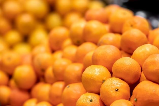 Textur von gelben mandarinen oder mandarinen, natürlicher hintergrund, selektiver fokus, seitenansicht
