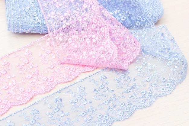 Textur von spitzenbändern. blaue und rosa farben. atelier, stoffladen