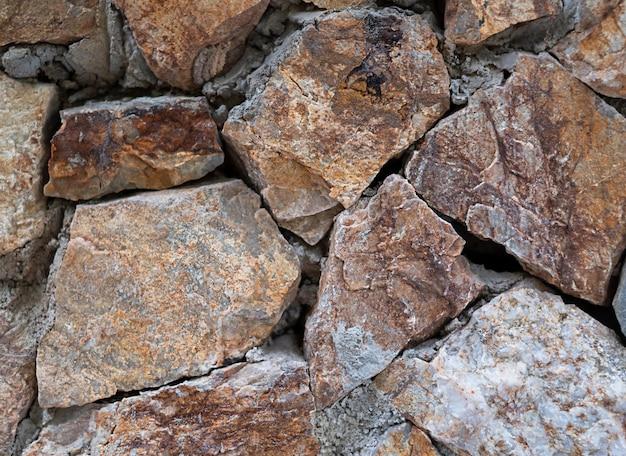 Textur von steinen auf dem boden graue und orange kieselsteine.