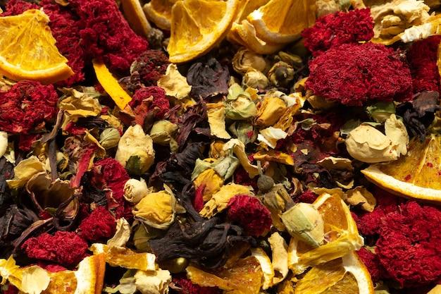 Textur von trockenem kräutertee mit gewürzen und früchten hibiskus-orangen-sternanisblüten