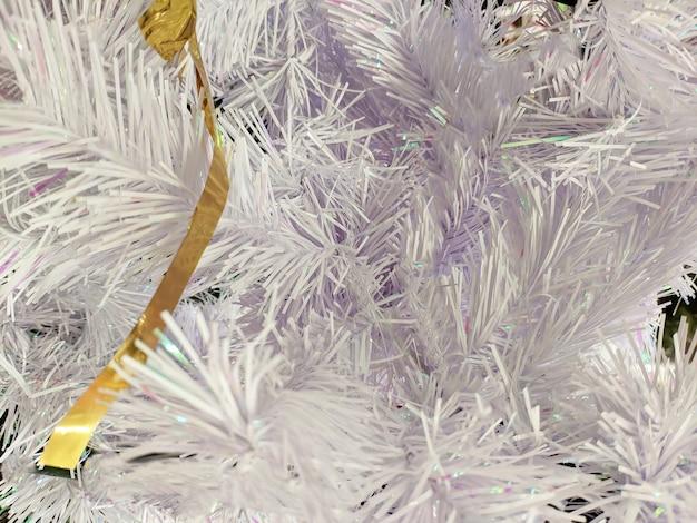 Textur. weißes weihnachts-lametta zum dekorieren des weihnachtsbaums und des interieurs.