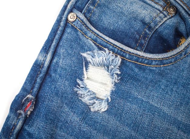 Texturen zerrissen blue jeans auf weißem hintergrund