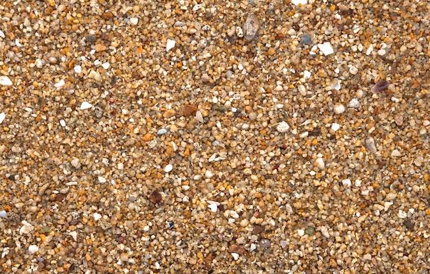 Texturiert von groben kieselsteinen am strand von samui.