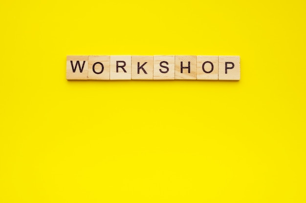 Textwerkstatt mit holzbuchstaben auf gelb gemacht