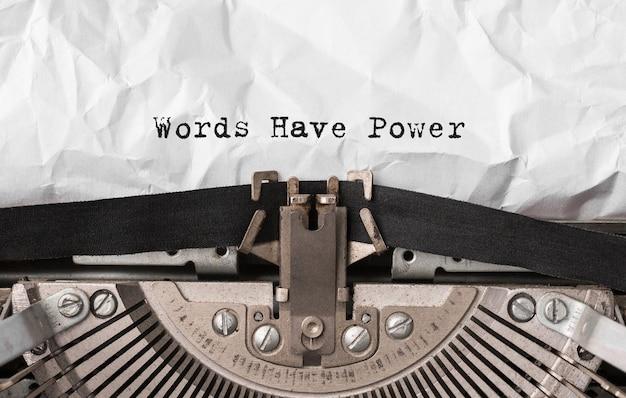 Textwörter haben power auf retro-schreibmaschine getippt
