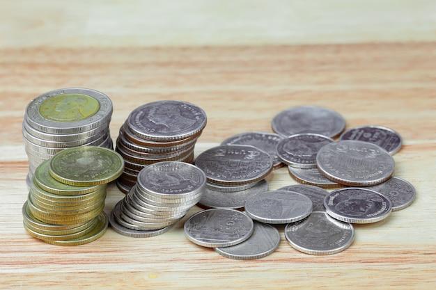 Thai baht münzen auf holzmaserung hintergrund detail objekt unschärfe