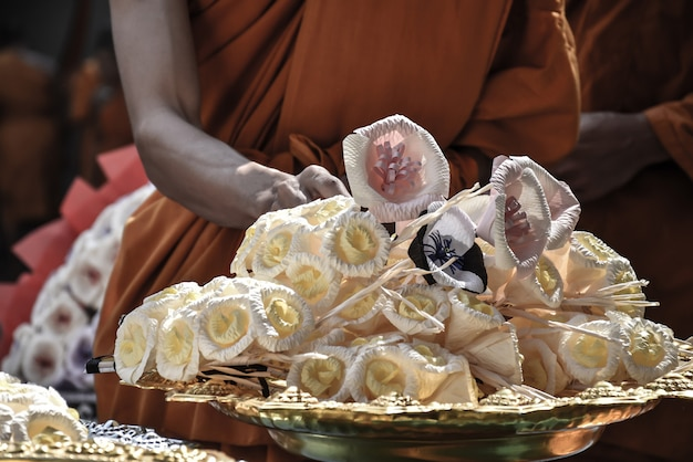 Thai beerdigung. mönche, die blumen vor feuerbestattungsblumen legen. thailändische kultur, buddhismus