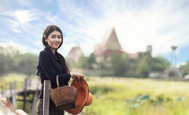 Thai einheimische frau arbeitet